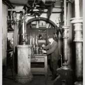 Requisiteure in der Beleuchtungskammer der Wiener Staatsoper 1935