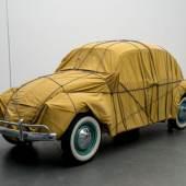 Christo, Wrapped Beetle 1963 (Objekt 2014), 1963 / 2014, Auto, Stoff, Seile 150 x 158,5 x 414 cm, Im Besitz des Künstlers, © Christo 2014