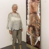Hanny Frick vor einem Kunstwerk aus ihrer Sammlung (Copyright: Messe Dornbirn / Conny Hefel)