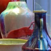 """Ausstellungsansicht Vis à Vis. Asien trifft Europa: """"Ostasien und Art Nouveau"""", Laufglasuren © Staatliche Museen zu Berlin, Foto Wibke Schrape"""