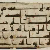 Seite aus dem Kufi-Koran, 9.-10. Jahrhundert, Pergament, Tinte, Farbtinte © Staatliche Museen zu Berlin, Museum für Islamische Kunst, Foto: Ingrid Geske