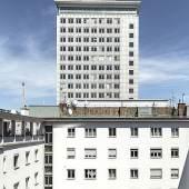 Ringturm, Erich Boltenstein, 1955. Im Nebengebäude links der 1960 eröffnete 2. Dachkindergarten der Stadt Wien. © Stephan Doleschal / Mid-Century Vienna