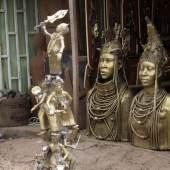 """Samson Ogiamien, """"Iyagbons Spiegel"""", 2019/20, Bronze, Foto: Samson Ogiamien   Ich frage nach Oluyenyetuye, Bronze aus Ife  Der Mond sagt, sie ist in Bonn  Ich frage nach Ogidigbonyingboyin, Maske aus Benin  Der Mond sagt, sie ist in London  Ich frage nach Dinkowawa, Thron aus Ashanti  Der Mond sagt, er ist in Paris  Ich frage nach Togongorewa, Büste aus Zimbabwe  Der Mond sagt, sie ist in New York  Ich frage  Ich frage  Ich frage nach Afrikas Erinnerung  Die Jahreszeiten sagen, sie sei verweht"""
