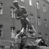 Richard Scheibes Ehrenmal der Opfer des 20._Juli 1944 wird m Hof des Bendlerblocks aufgestellt Berlin 1953 Foto Liselotte Orgel Köhne (c) DHM