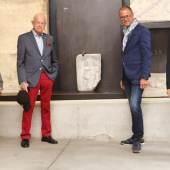Gruppenfoto, v. l. n. r. Barbara Porod, Erich Hackl, Wolfgang Muchitsch und Karl Peitler vor dem neuen Römerstein im Lapidarium, Foto: Universalmuseum Joanneum/J.J. Kucek