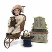 """Simon & Halbig S & H – Puppe mit Porzellankurbelkopf, H. 70 cm Rufpreis € 220; """"Puppenkarre"""", um 1870/80, Rufpreis € 190; Hund im Zylinder, Automat von Roullet & Decamps, um 1900, H. 27 cm, Rufpreis € 1.000; Teddybaby von Steiff, H. 22 cm Rufpreis € 220, Puppenkredenz um 1900, H. 46 cm Rufpreis € 260"""