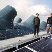 "Projekt ""Sunscriber"", Solarpanels, Kunsthaus Graz, Onur Sönmez (li.) und Jona Hoier (re.), Foto: Universalmuseum Joanneum/J.J. Kucek"