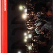 DAS BUCH ZUR AUSSTELLUNG  Das Jahrbuch mit allen preisgekrönten Arbeiten ist nicht nur Ausstellungskatalog, sondern auch ein eigenständiges, spannendes Zeitdokument.  Till Schaap Edition 240 Seiten, deutsch 24,5 x 19 cm, Hardcover 28 Euro