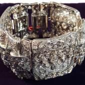 Position 120   EINMALIGE  GOLDSCHMIEDEARBEIT PLATINARMBAND  Art déco rundum bes.  291 verschiedene Brillanten ges.ca. 18ct   in geometrischer Anordnung   B: 38cm   Ges.Gew. ca. 88g   - prachtvolles Accessoire Anfang des 20. Jh. -           sehr hoher Juwelierwert Ausruf €   25.000.--