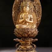 Buddha auf Lotus sitzend in Vajra-Mudra (Geste der Weisheit) Goldlackarbeit, Ende Edo-Periode 18./19. Jh. H: 60 cm  Zur Verfügung gestellt von: Galerie Darya