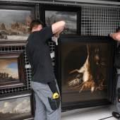 Das Team beim Auspacken der Gemälde, Foto: Universalmuseum Joanneum