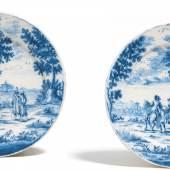 Zwei Bildteller mit Landschaften und Figurenstaffage Delft | 1694-1712 | De Roos | Beiger Scherben, weiße Glasur, Dekor in Blau und Schwarz | ø 22cm Taxe: 1.500 – 2.000 Euro