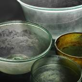 Glasgefässe. Conthey (VS) 4 Jh. n. Chr. Die Gefässe wurden in einem Gräberfeld neben einer römischen Villa gefunden. Sie stammen wahrscheinlich aus einer Werkstatt des Vorderen Orients. © Schweizerisches Nationalmuseum