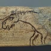 Lochstab von Schweizersbild (SH) Um 13 000 v. Chr. Bei der Ritzzeichnung handelt es sich um eine der ältesten bildlichen Darstellungen im Gebiet der heutigen Schweiz. Die Funktion des Stabes ist nicht bekannt. © Schweizerisches Nationalmuseum