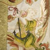 Engelsputto mit Anker als Symbol der Hoffnung auf der Kasel des Engelsornats, Detailansicht  Foto: BSV / Rainer Herrmann, Andrea Gruber