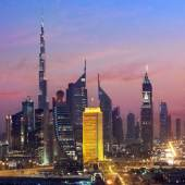 Bei Sonnenaufgang das Dubai World Trade Centre