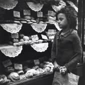 Mädchen, vor einer Bäckerei, London, um 1935 Edith Tudor-Hart Neuer Silbergelatine-Abzug, 35,3 × 30 cm © Scottish National Portrait Gallery / Archive presented by Wolfgang Suschitzky 2004