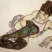Egon Schiele, Sich zurücklehnende Frau mit grünen Strümpfen, 1917 Gouache und schwarze Kreide auf Papier 29,4 x 46 cm Privatsammlung © Courtesy Galerie St. Etienne, New York