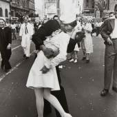 Alfred Eisenstaedt (1898-1995) V-J Day Kiss in Times Square, New York 1945 Schätzpreis: 10.000–12.000 Euro