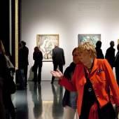Blick in einen Ausstellungsraum  Besucher vor El Grecos 'Kreuzigung' (um 1573-1576, Stiftung und Sammlung Weinberg). Im Hintergrund ist das Werk 'Selbstbildnis mit Modell' von Karl Hofer (1909, Kunstmuseum Solothurn, Josef- Müller- Stiftung) zu sehen. © museumkunstpalast