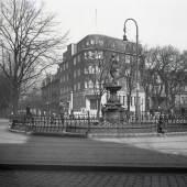 Emil Puls, Bürgermeister-Behn-Brunnen mit der Geschäftstelle des ASBV im Hintergrund, 1930, Foto Altonaer Museum