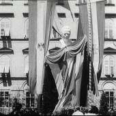 """Denkmal Dollfuß  Enthüllung des Denkmals für Engelbert Dollfuß in Graz am 25. Juli 1937. Filmstill aus: Engelbert Dollfuß zum Gedenken (Ausschnitt), 1'05"""", Produktion: Österreich in Bild und Ton Nr. 31a/1937, s/w, Ton, 1937. Sammlung Österreichisches Filmmuseum"""