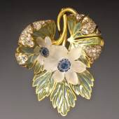 Epoque Fine Jewels René Lalique (Ay, Marne 1860-1945 Paris) Art Nouveau 'Wood anemones' pendant, circa 1900 18 ct gold, 'plique à jour' enamel, blue enamelled glass and diamonds Signed: Lalique Extraordinary pendant, unknown until today in the oeuvre of René Lalique Provenance: directly purchased in 1903 by the Dutch Consul in Russia from Lalique at an exhibition of his work in St. Petersburg A pendant of similar design is part of the Lalique collection at the Calouste Gulbenkian Museum in Lisbon