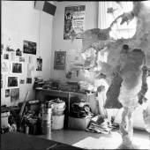 Erika Kiffl, Atelier von Bernard Schultze, Köln, 1978, Silbergelatine auf Barytpapier, 29,1 x 29,1 cm, Museum Kunstpalast, AFORK, Düsseldorf © Erika Kiffl, 2015, Bernard Schultze © VG Bild-Kunst, Bonn, 2015