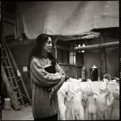 Erika Kiffl, Jiang Jie in der Kunstakademie, Peking, 1995, Silbergelatine auf Barytpapier, 29,2 x 29,2 cm, Museum Kunstpalast, AFORK, Düsseldorf © Erika Kiffl, 2015, © Jiang Jie, 2015