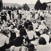 Documenta VI, 1977 Joseph Beuys und Lucrezia de Domizio Durini vor dem Friedericianum in Kassel, fotografiert von Buby Duri