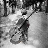Eva Besnyö, Junge mit dem Cello, Balaton, Ungarn, 1931, Silbergelatine © Eva Besnyö / MAI