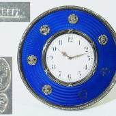 Fabergé Tischuhr, St. Petersburg um 1900. Silber, 88 zolotnik punziert. Mindestpreis:1.200 EUR