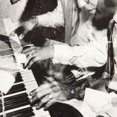 """Ferry Radax Gulda und Zawinul, 1952 """"Art Club, Strohkoffer"""" Schwarz-Weiß-Fotografie auf Karton Fotosammlung des Bundes am Museum der Moderne Salzburg © Museum der Moderne Salzburg, Foto: Rainer Iglar"""