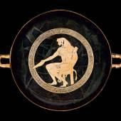 Die Fussschale von oben: Der sitzende Herakles wird von einem konzentrischen Mäanderband umgeben.