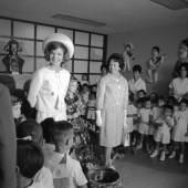 Zweiteiliges Damenkostüm, Oleg Cassini, 1962, getragen von First Lady Jacqueline Kennedy bei einem Besuch in einem mexikanischen Kinderschutzzentrum © @Cecil Stoughton, White House / John F. Kennedy Presidential Library and Museum