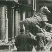 Anonimo, Basilica di San Marco. Rimozione di uno dei cavalli marciani, 1915 Stampa alla gelatina, copyright: Fondazione Musei Civici di Venezia-Archivio Museo Fortuny
