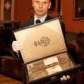 Hemd des Thronfolgers, Franz Ferdinand - Mag. Dr. M. Christian Ortner darf ein ganz besonderes Ausstellungsobjekt präsentieren.