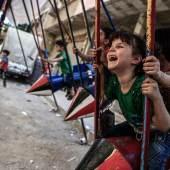 """Frieden kann auch darin bestehen, dass Kinder auf Schaukeln spielen, die aus Raketen gebaut wurden, mit denen sie eigentlich getötet werden sollten. Foto: Sameer Al-Doumy, aus der Serie """"Peace is ..."""