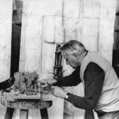 Fritz Wotruba in seinem Atelier bei der Arbeit an einem Tonmodell für das Projekt eines Karmelitinnenklosters in Steinbach bei Wien, 1967, Belvedere, Wien, Nachlass Fritz Wotruba