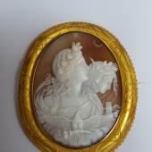Fechter Sabine, Sehr feine Muschelkamee Italien um 1820 mythologische Darstellung Göttinen Aurora und Luna (Morgenröte u. Nacht ) ca. 15 cm lang