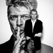 Gavin Evans vor seinem bekannten Shh-Porträt von David Bowie
