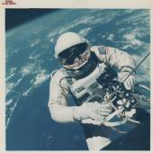 (Gemini IV), James Mcdivitt, 25: The first photograph of a human being in space: Ed White during the first American EVA, 3-7. Juni 1965, C-Print, 20,3 x 25,4 cm.