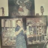 Gerti Schiele Peschka vor Egon Schieles schwarzem Kabinett um 1971