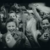 """Coverfoto  Kinder begrüßen begeistert den Reichsminister für Volksaufklärung und Propaganda Joseph Goebbels in Graz. Filmstill aus: [Reichspropagandaleiter Dr. Joseph Goebbels besucht die steirische Landeshauptstadt], 13'24"""", s/w, stumm, 1942. Sammlung Filmarchiv Austria"""