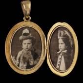 Goldenes Geschenkmedallion der Kaiserin Elisabeth mit Porträtfotos der Kinder Gisela und Rudolf © SKB_A. E. Koller (1)