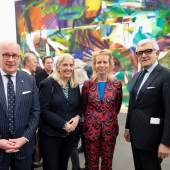 (v.l.): Thomas Lange (Vorstandsvorsitzender National-Bank AG), Isabel Pfeiffer-Poensgen (NRW-Kulturministerin), Katharina Grosse (Künstlerin), Walter Smerling (Direktor MKM), Foto Georg Lukas