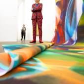 Künstlerin Katharina Grosse vor ihrer 17m langen Tucharbeit, MKM 2019, Foto Georg Lukas