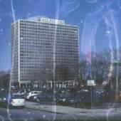 BILDLEGENDE: Heidrun Holzfeind Aus der Serie: Colonnade Park, 2010 Mies in Newark Revisited, 11 C prints, 40x60cm © Heidrun Holzfeind