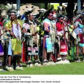 Teilnehmer der Crow Fair in Tanzkleidung Völkerkundemuseum Herrnut (c) Staatliche Ethnographische Sammlung Sachsen; Foto: Gunter Jentzsch