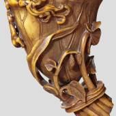 Chinesischer karamell- bis bernsteinfarbener Rhinozeros-hornbecher aus dem 18. Jahrhundert in Form eines Gebindes beschnitzt. Zuschlag: 24.000 Euro